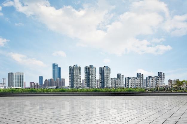 Schöne stadtbild mit wolkenkratzern