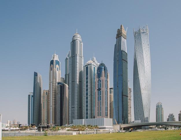 Schöne stadtbildansicht mit wolkenkratzern im yachthafen