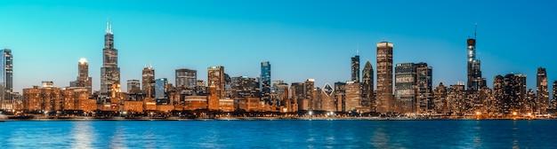 Schöne stadtbildpanoramaansicht von gebäuden in der blauen stunde chicagos im stadtzentrum gelegener bezirk in der dämmerung, fahnengröße