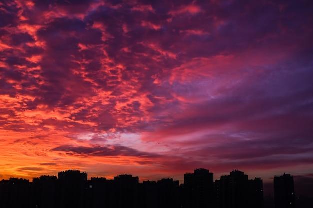 Schöne städtische sonnenuntergangansicht über kiew, ukraine