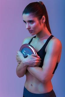 Schöne starke junge sportfrau machen übungen