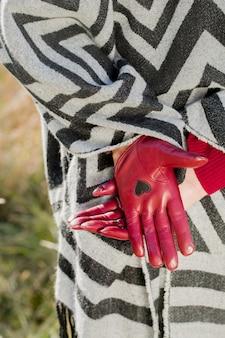 Schöne stilvolle burgunderhandschuhe mit herz