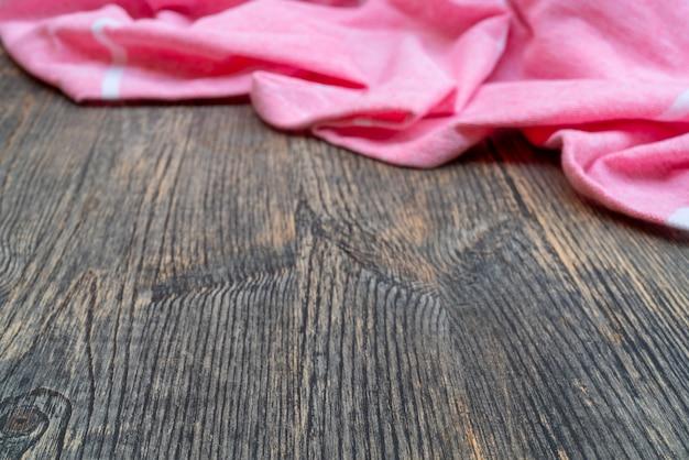 Schöne stofffalten. textur aus lackiertem holz. strukturierte stofffalten.