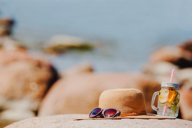 Schöne strandlandschaft mit sonnenbrille und hut
