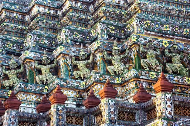 Schöne stuckstatuen um den tempel von wat arun, rajaworaram, thailand.