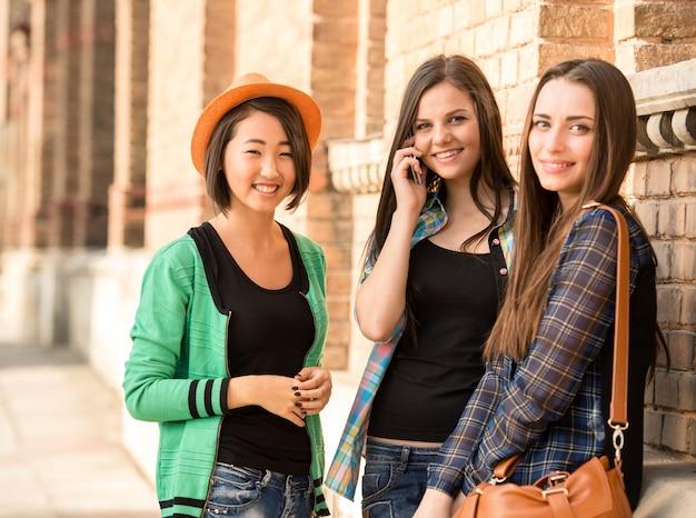 Schöne studenten auf der straße