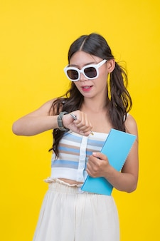 Schöne studentinnen halten notizbücher und stifte