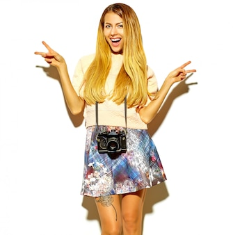 Schöne süße blonde frau in hipster kleidung