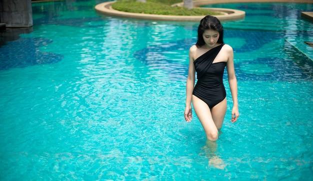 Schöne süße mädchen tragen schwarzen badeanzug bikini