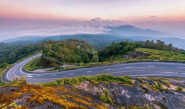 Schöne superkurvenstraße auf berg mit nebelnebel doi inthanon chiang mai thailand