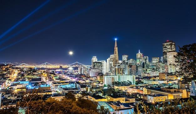 Schöne supermond pver san francisco skyline in der nacht