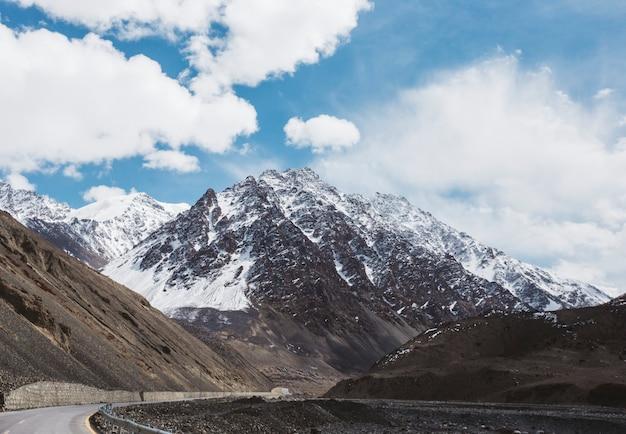 Schöne szenische himalaja-berge bedeckt im schnee