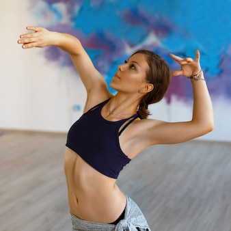 Schöne tänzerin, die in bewegung tanzt
