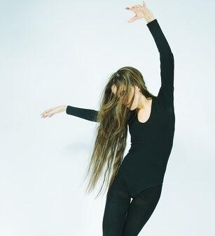 Schöne tänzerin mit langen haaren