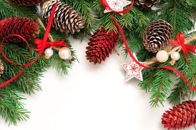 Schöne tannenzapfen und zweige mit dekoration für weihnachten