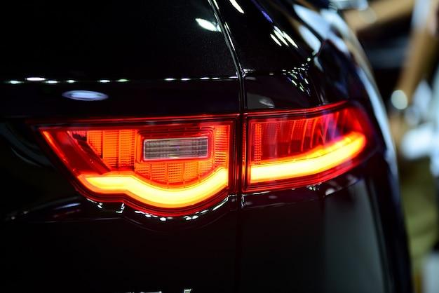 Schöne teile des neuen autos. autoscheinwerfer, scheinwerfer, körperlichter