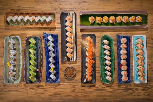 Schöne teller mit leckerem sushi auf einem holztisch