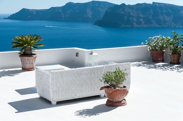 Schöne terrasse in santorini mit blick auf den vulkan