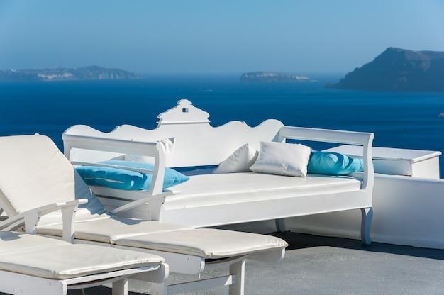 Schöne terrasse mit blick auf die caldera - santorini