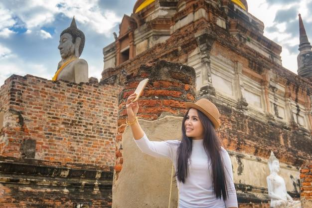 Schöne thailändische asiatische frauen, die selfie durch ihren smartphone machen