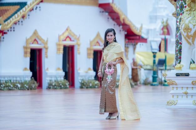 Schöne thailändische frau im trachtenkostüm in tempel phra that choeng chum thailand