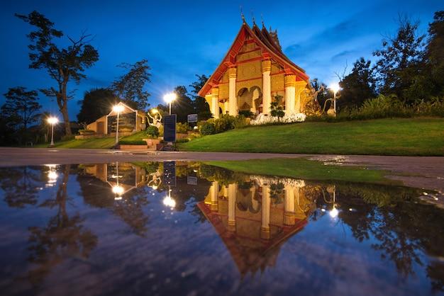 Schöne thailändische tempel reflektieren das wasser