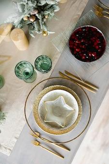 Schöne tischdekoration für weihnachtsessen
