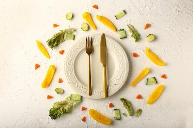 Schöne tischdekoration und viel gemüse auf dem tisch