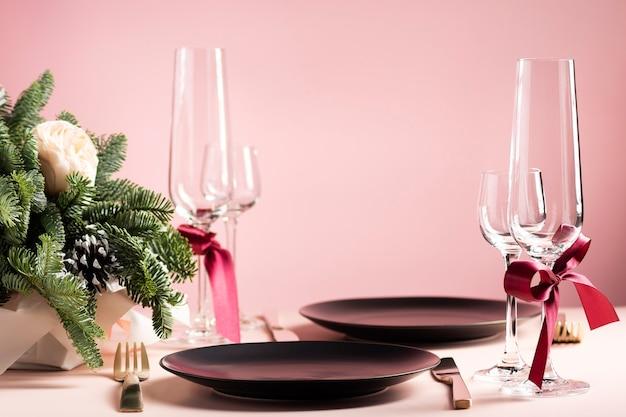 Schöne tischdekoration zum valentinstag für zwei mit blumenarrangement