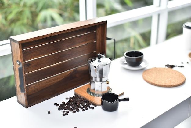 Schöne tischkaffee-shop-glasfensterseite.