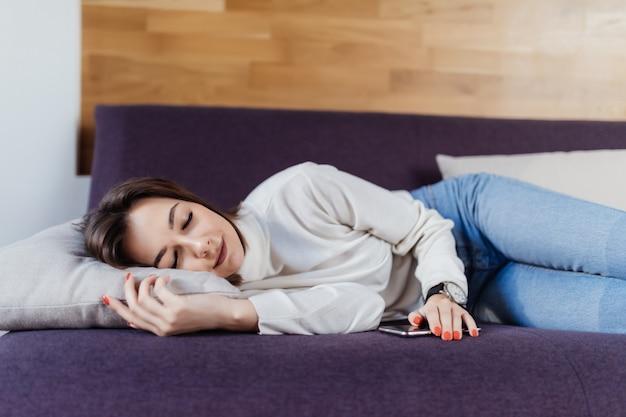 Schöne träume auf dem bett nach einem harten arbeitstag