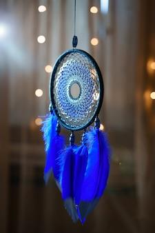 Schöne traumfänger blaue flauschige federn