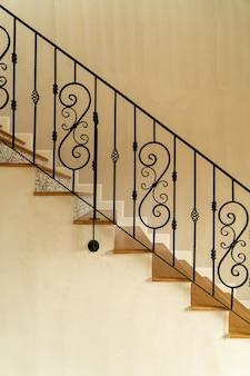 Schöne treppenstufe mit schwarzem handlauf