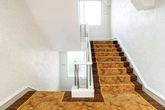 Schöne treppenstufe mit teppich