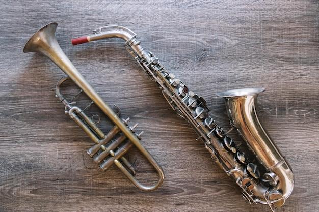 Schöne trompete und saxophon