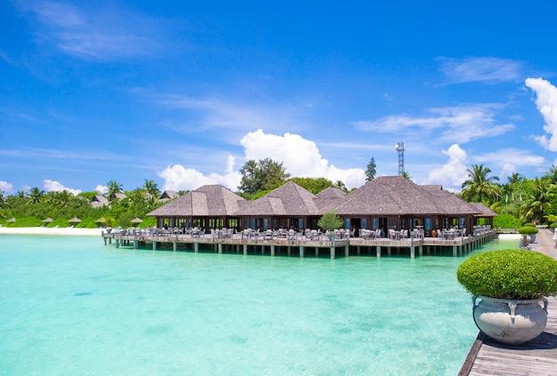 Schöne tropische ansicht von perfekter idealer insel