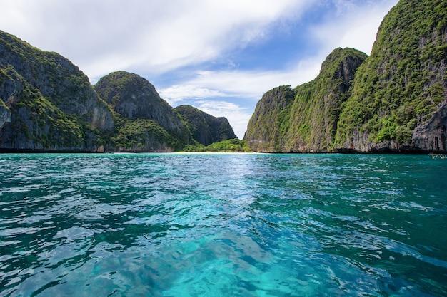 Schöne tropische inselbucht bei maya bay auf phi phi leh island im sonnentag