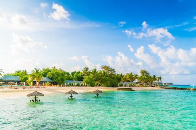 Schöne tropische malediven-insel mit weißem sandigem strand und meer.