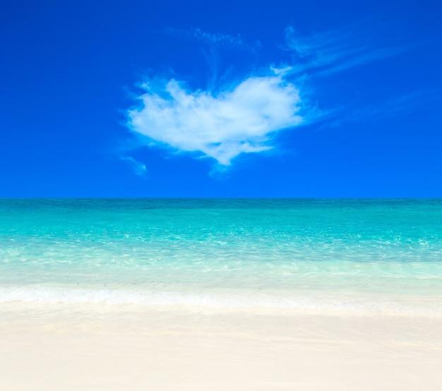 Schöne tropische malediveninsel mit strand, meer und blauem himmel für naturferienurlaubshintergrundkonzept