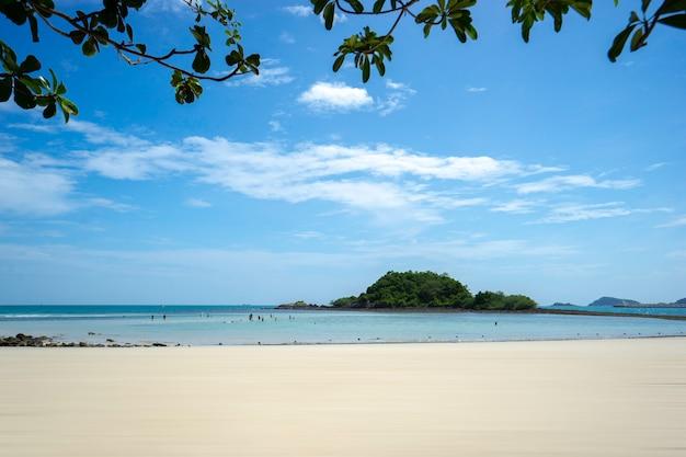 Schöne tropische naturlandschaft von seeozean und strand in thailand.