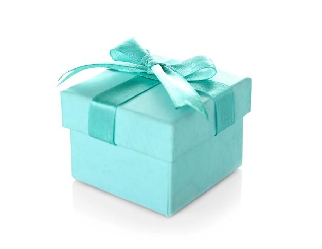 Schöne türkisfarbene geschenkbox mit satinband-hintergrund