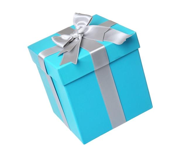 Schöne türkisfarbene geschenkbox mit silbernem band auf weißem hintergrund