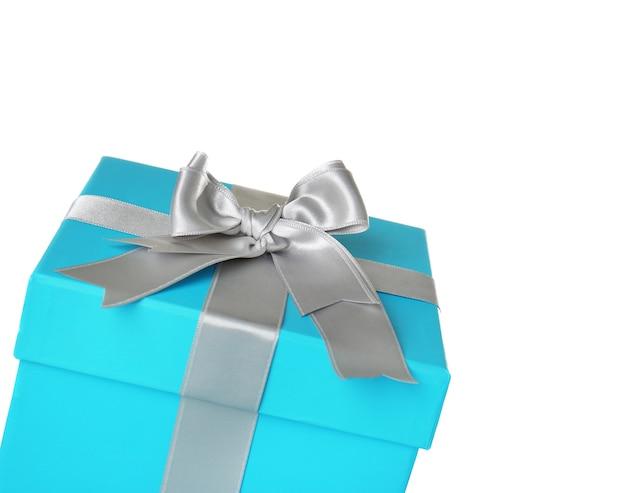Schöne türkisfarbene geschenkbox mit silbernem band