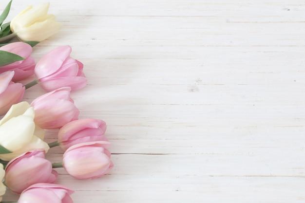 Schöne tulpen auf holztisch