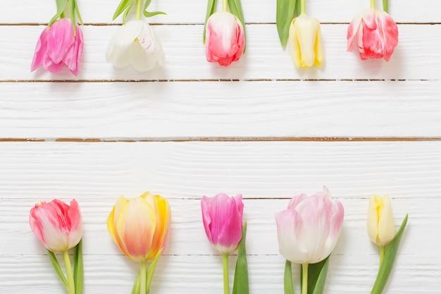 Schöne tulpen auf weißem holztisch