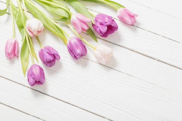 Schöne tulpen auf weißer holzoberfläche