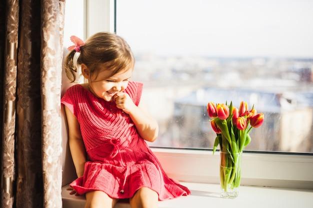 Schöne tulpen, frühlingsblumen. tulpen in einer vase am fenster