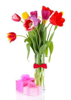 Schöne tulpen im blumenstrauß mit geschenken lokalisiert auf weiß