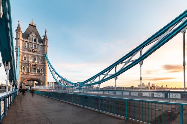 Schöne turmbrücke in london bei sonnenaufgang