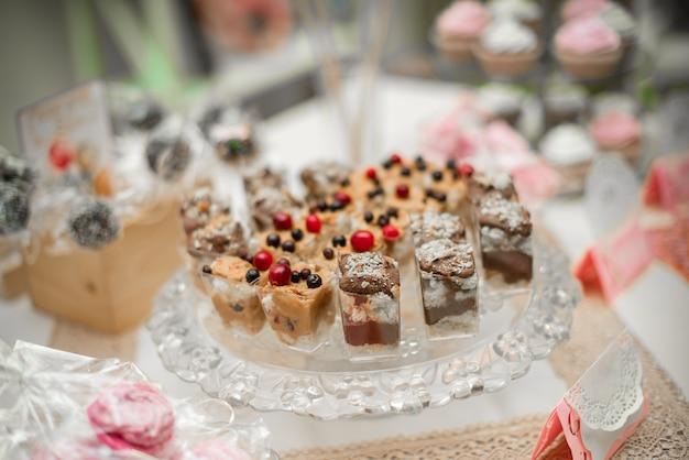 Schöne und dekorierte schokoriegel-nahaufnahme bei einem festlichen bankett. süßigkeiten nahaufnahme.